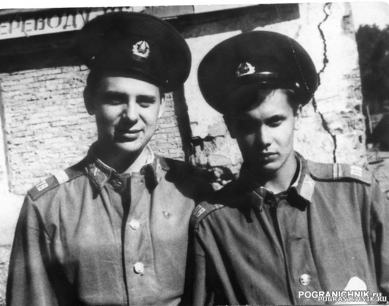 Дальнереченск лето 87 - Я слева, спр. Сашка Михайлов.jpg