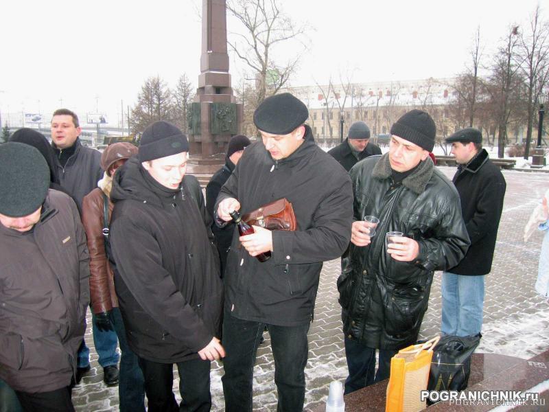 После экскурсии ноги сами привели к Памятнику Пограничникам.