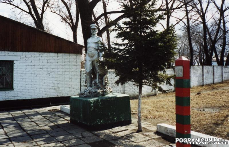 Гродековский отряд. Памятник перед КПП.