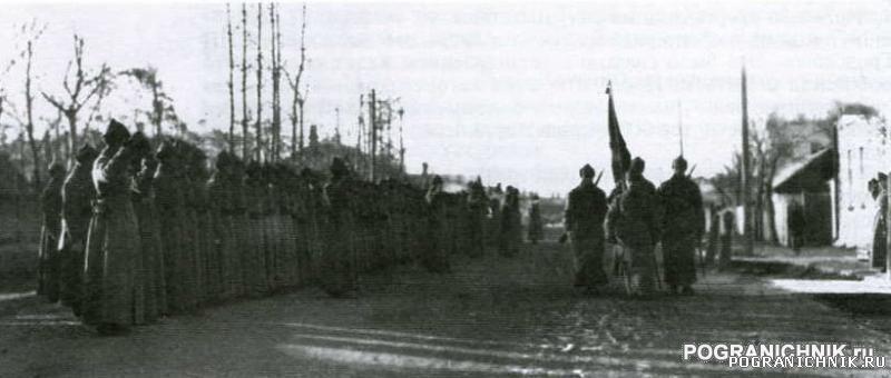 Гродековский отряд 20-е годы. Вынос знамени. Фото из книги &
