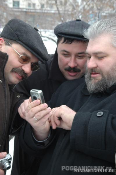 Взрослые дядьки играют в телефончик. 24.02.06