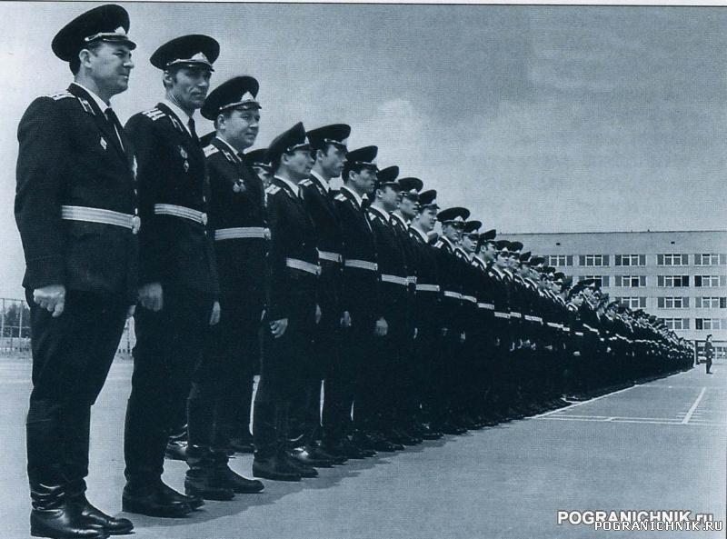 первый выпуск офицеров 1974г.jpg