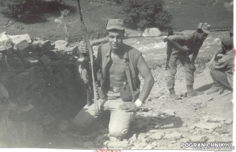 переводчик Боря Обидов беседует, Шхаро, 86