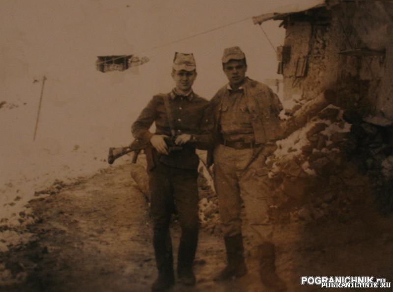 Коваль и Боря обидов возле входа в муштивскую казарму, 86 го