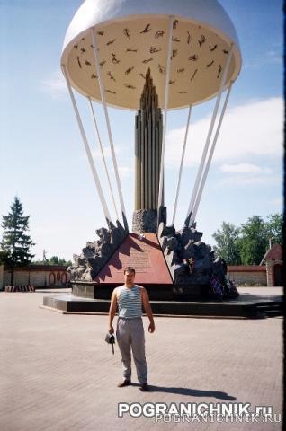 У памятника десантникам во Пскове