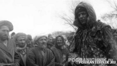 Карпов И.Г. с  афганским населением.jpg
