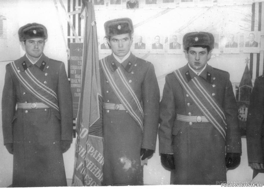 Со знаменем части ( Павлов, Черкашин, Похильченко).jpg