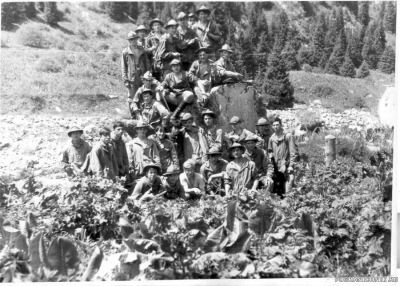 Большая группа советских туристов с мотыгами.