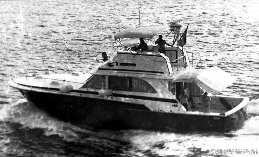 Турецкий катер в Босфоре - переход ПСКР Менжинский