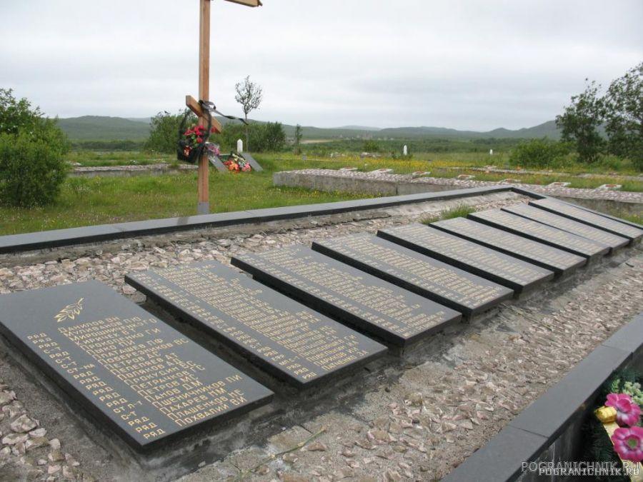 Мемориальные плиты с именами наших бойцов.