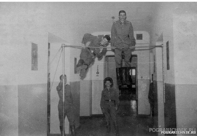12 группа. Сентябрь 1979 г. У перекладины в старой казарме.
