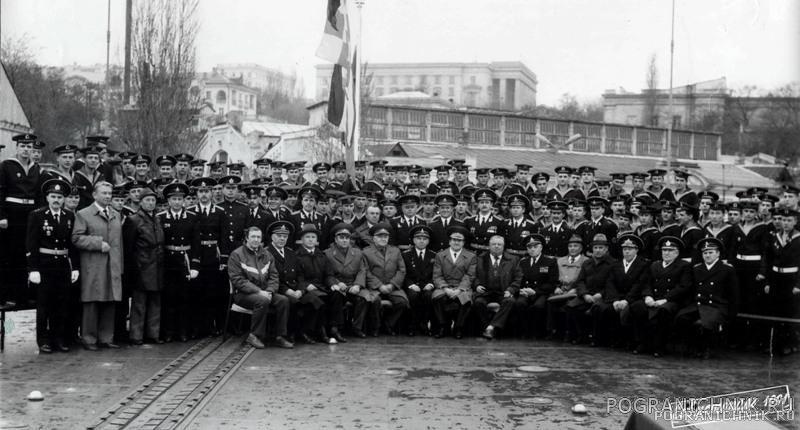 Первый экипаж на первом подъёме флага 5 апреля 1991 г. Севас