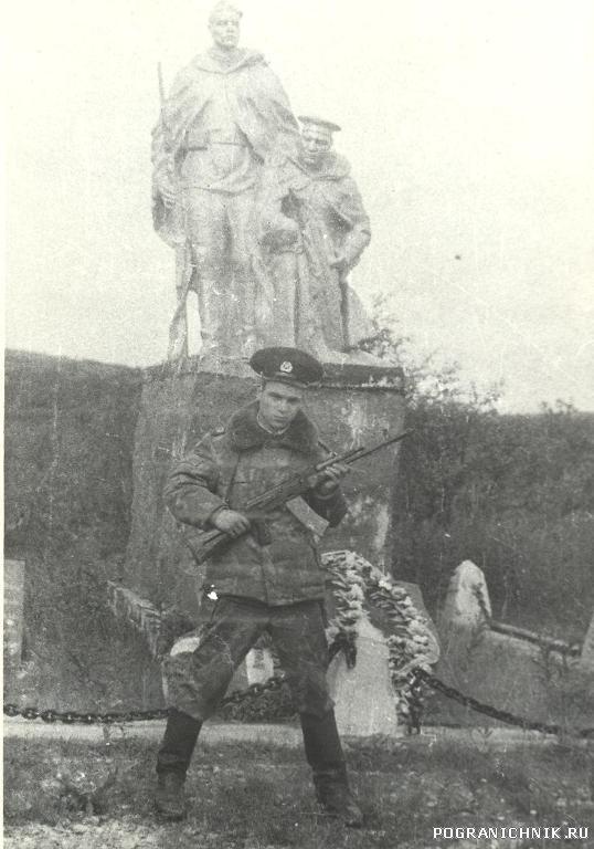 """Монумент у КПП """"Титовка"""" (лето-84)"""