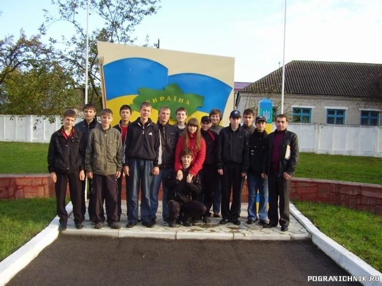 Школьники возле ретуального майданчика