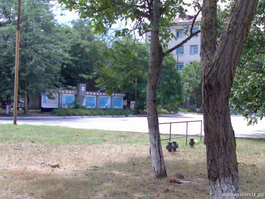 Плац перед школой связи и курилкой.