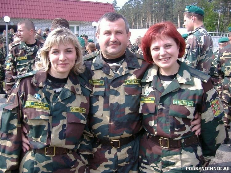 Подполковник Якобчук с двумя красавицами севергного региона