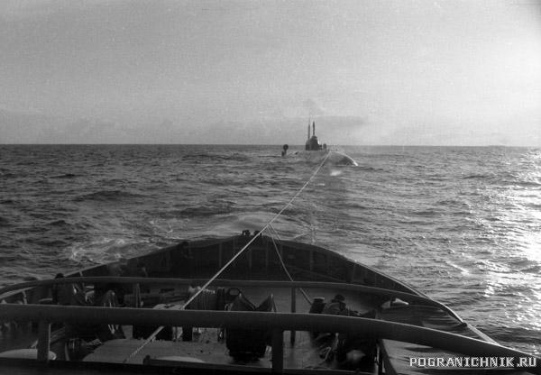 ПСКР Брест буксирует ПЛА в Охотском море