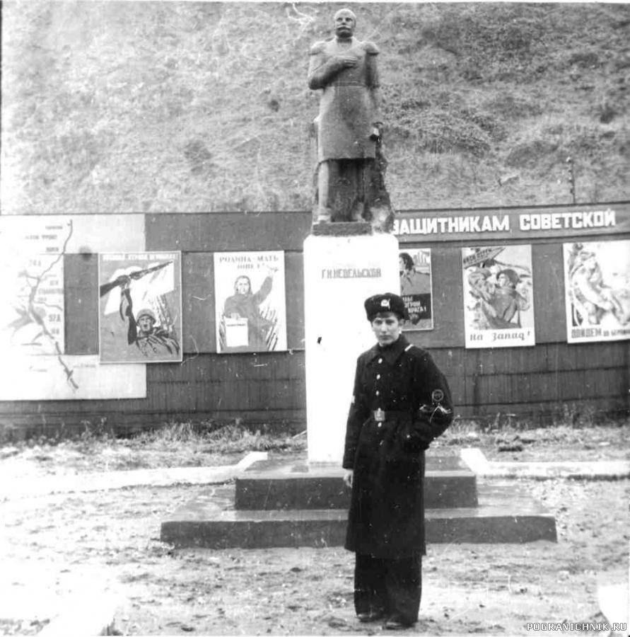Кузнецов Е А в Невельске у памятника Геннадию Невельскому.