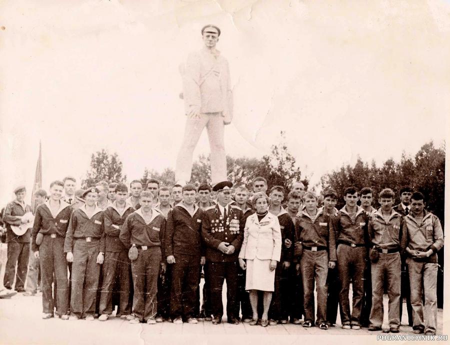 У памятника капитану Калинину. 1983 г.