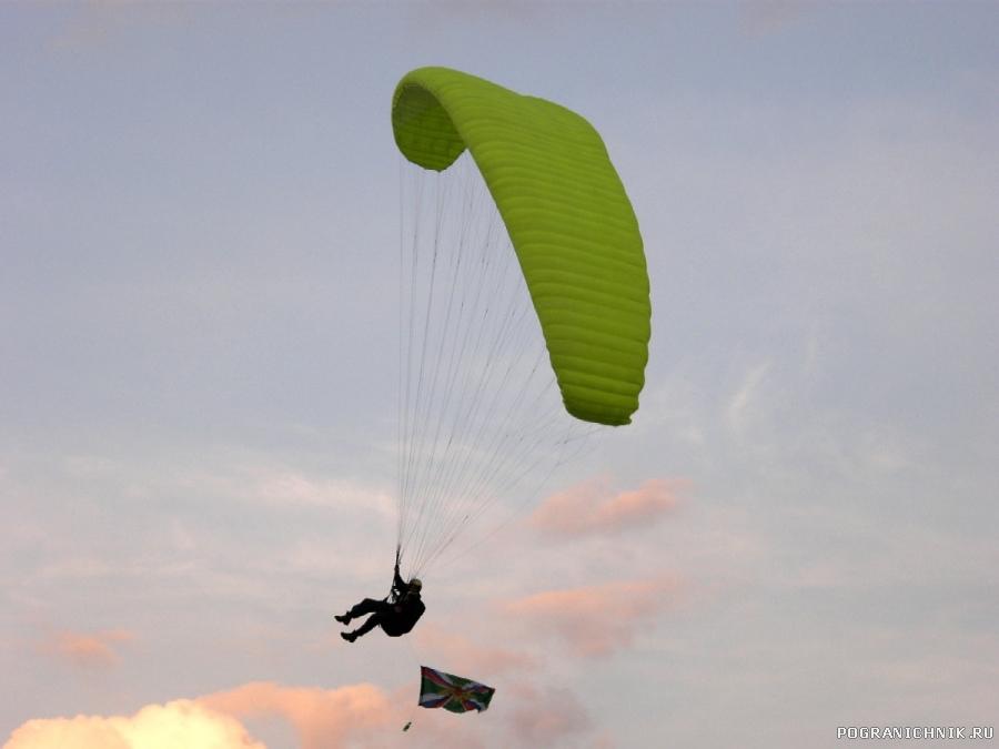 Пограничное знамя- в воздухе