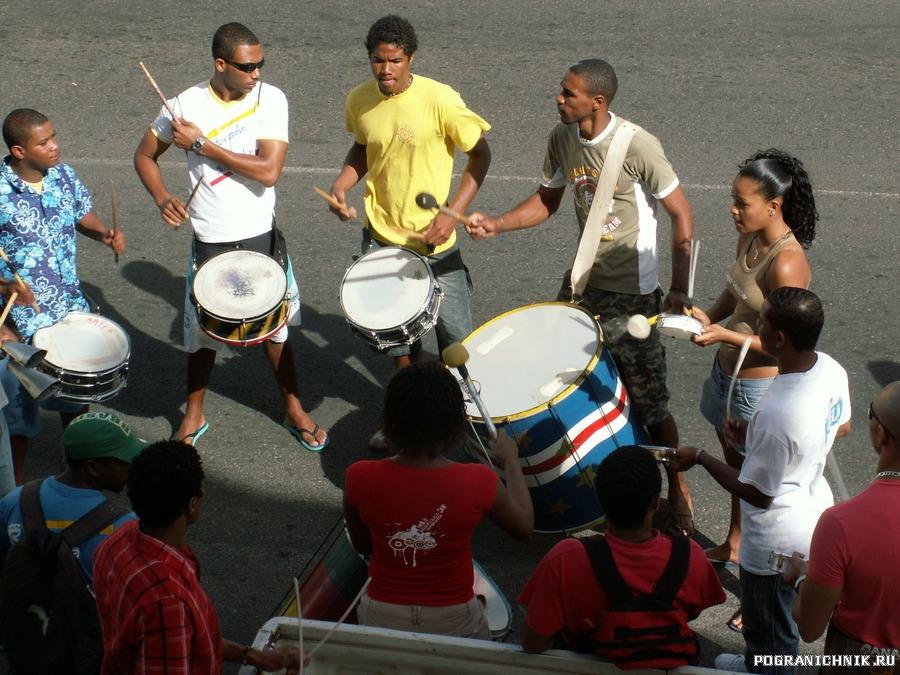 уличные барабанщики г.Минделу.