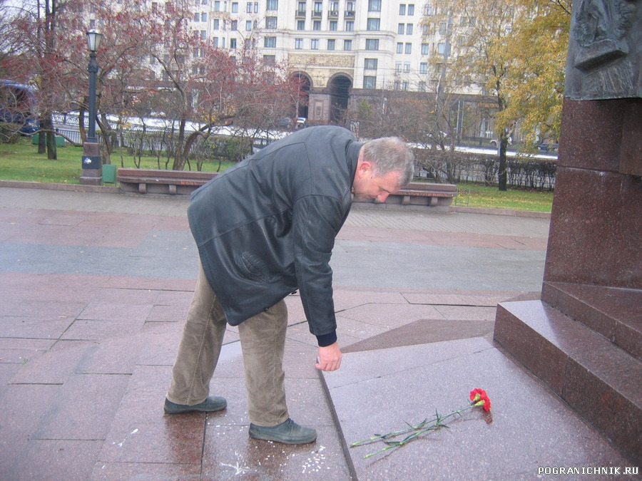 Возложение цветов к памятнику