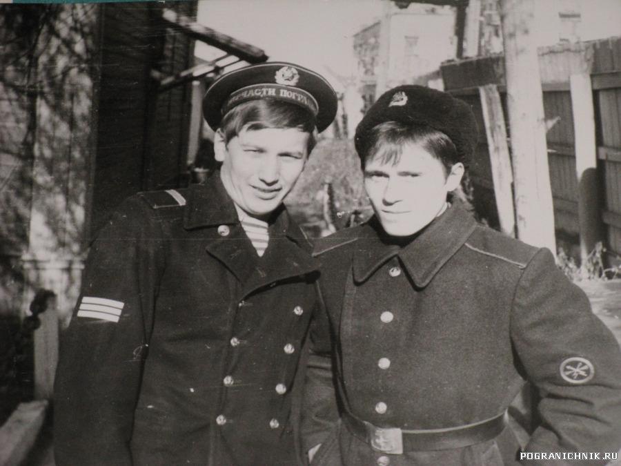 Ноябрь 79 г. у штаба  Кузнецов Е А и Виктор Николайчук, ради