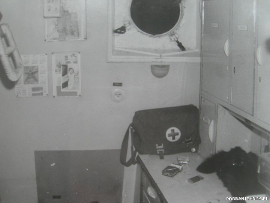 каюта №7, на столе Машка, в окне ночь