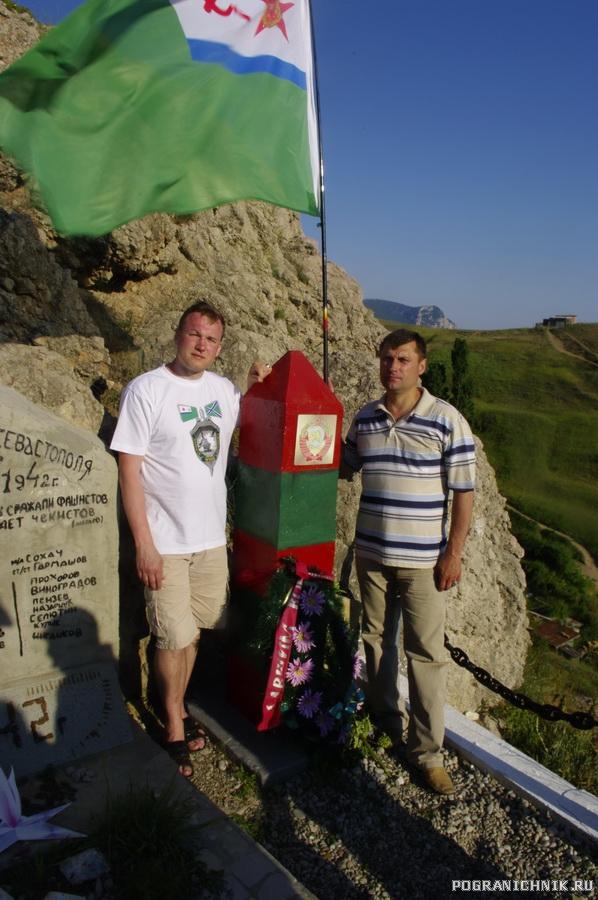 С флагом КПСКР у памятника.jpg