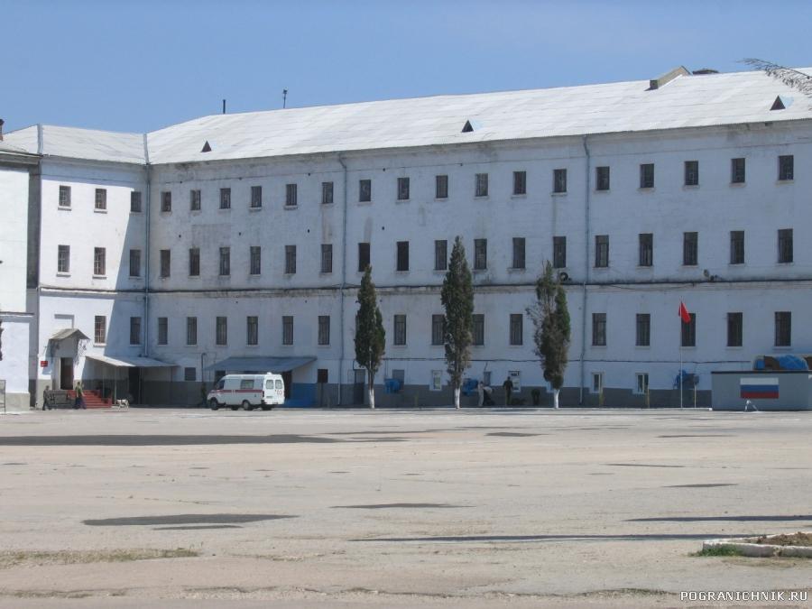 Бывший 7-й учебный отряд ВМФ. Плац. Здание штаба, столовой и