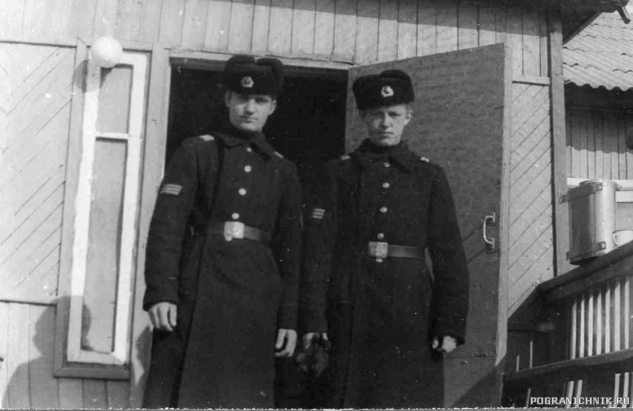 С. Рудяшко и О. Мурзин на крыльце 2 роты, зима 77-78