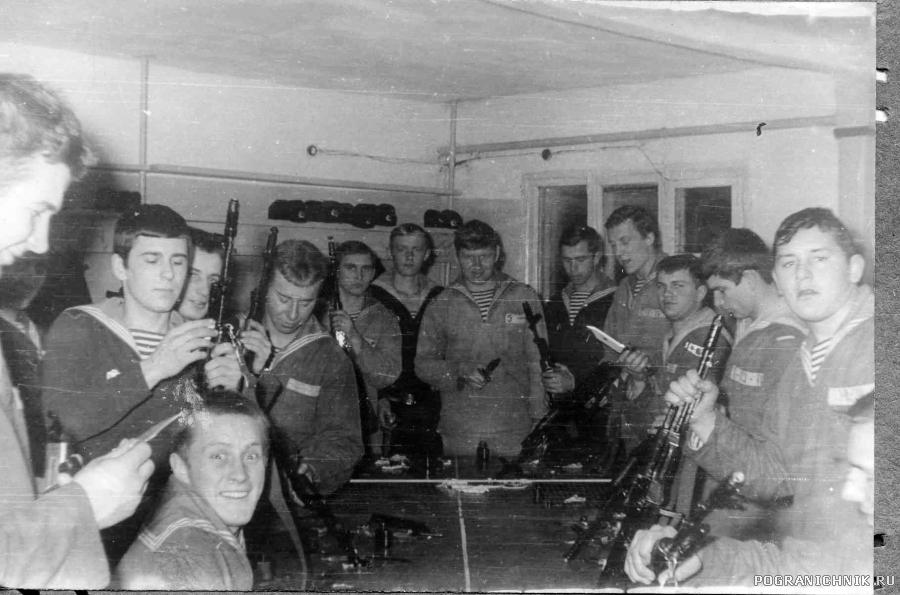 Чистка оружия во 2 роте, зима 1977-78 гг