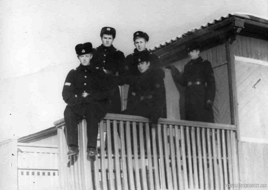 На крыльце 2 роты, зима 1977-78 гг