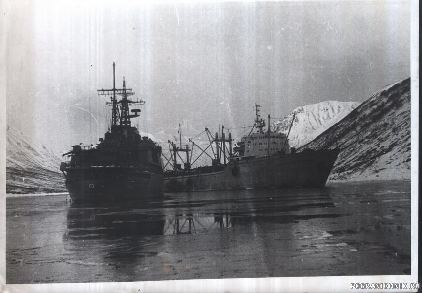 В бухте Охотского моря.