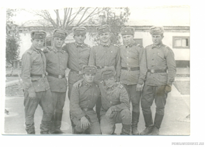Сержантский состав ШСС возле школы. 73-74 гг.