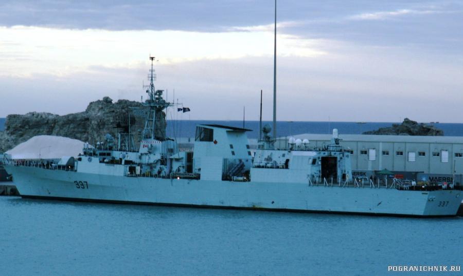 """Канадский фрегат """"Фредериктон"""" в порту Салала."""