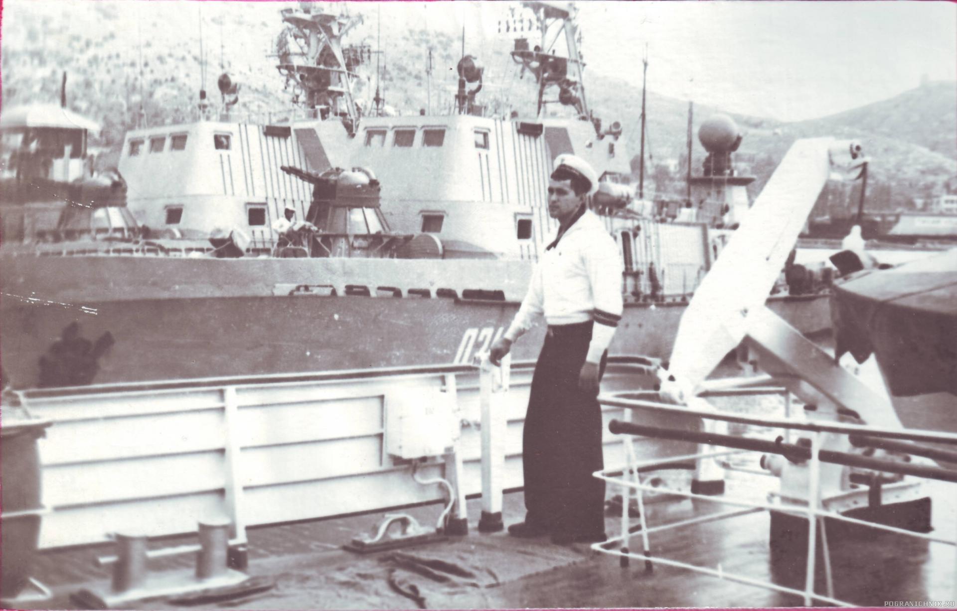 1979 г., Балаклава, 5 ОБСКР, на борту ПСКР «Крым» корабельный электрик Мищук Юрий. Видны два 205-х и кусочек «Днепра».