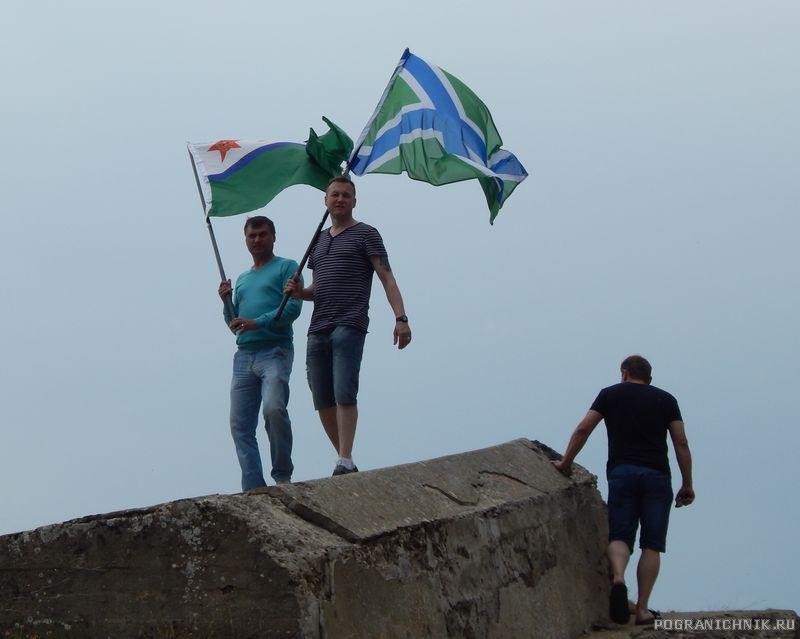 Строители флаги редко кому доверяли