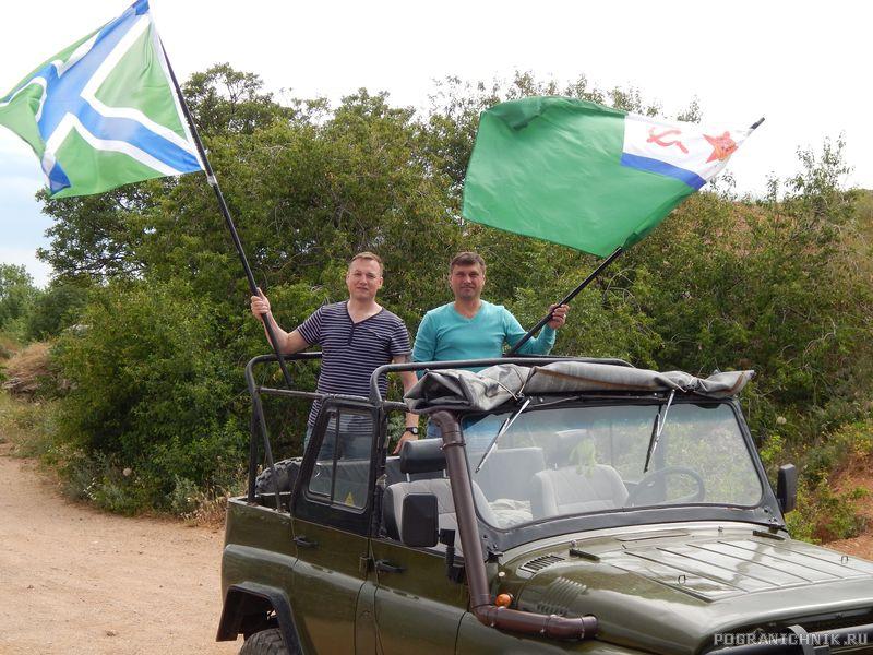 Бригада строителей с флагами