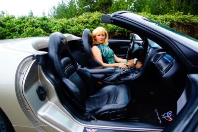 Жена учится водить спортивный родстер!