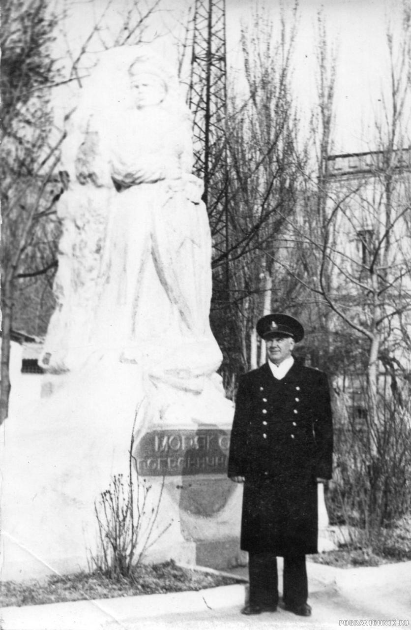Автор у монумента Морякам - пограничникам (Балаклава)