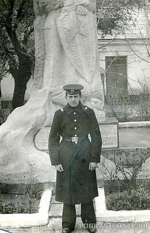 У монумента Морякам - пограничникам