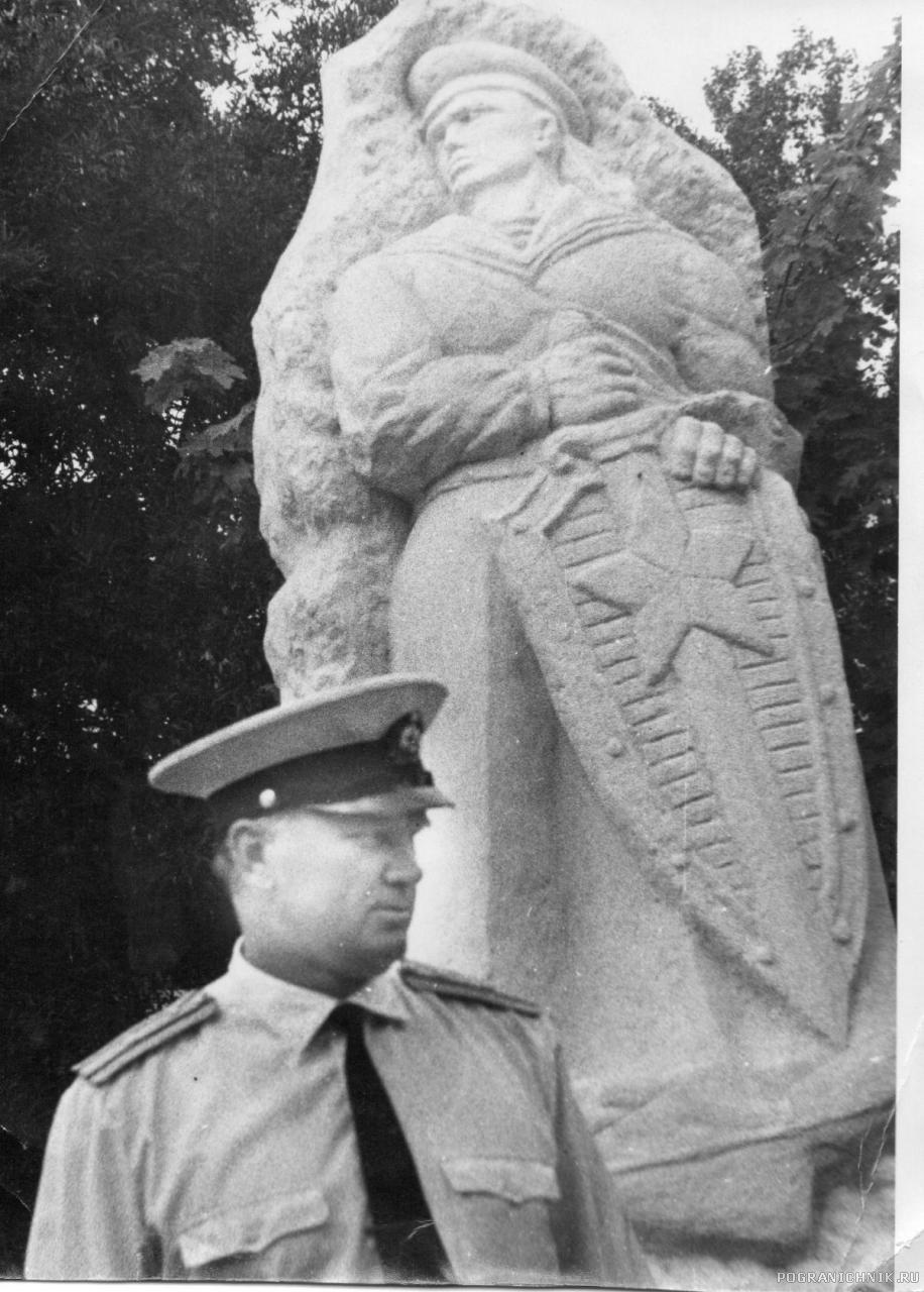 У монумента Морякам - пограничникам (Балаклава)
