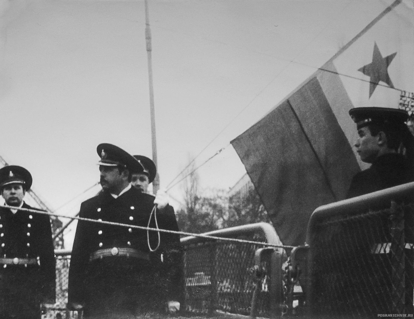 Первое поднятие  флага МЧПВ на корабле.