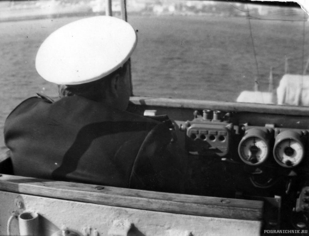 """ПСКР-216, командир корабля Шевцов Л. Г. на вахте при входе в Керченскую  бухту."""