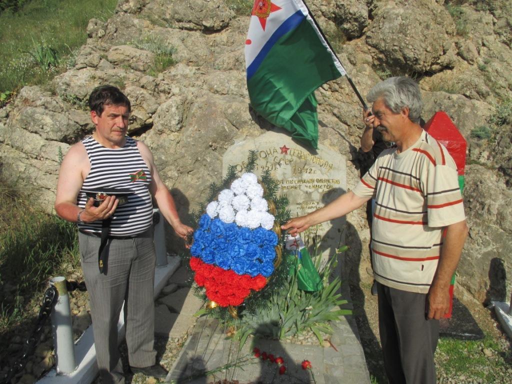 У памятника пограничникам в горах