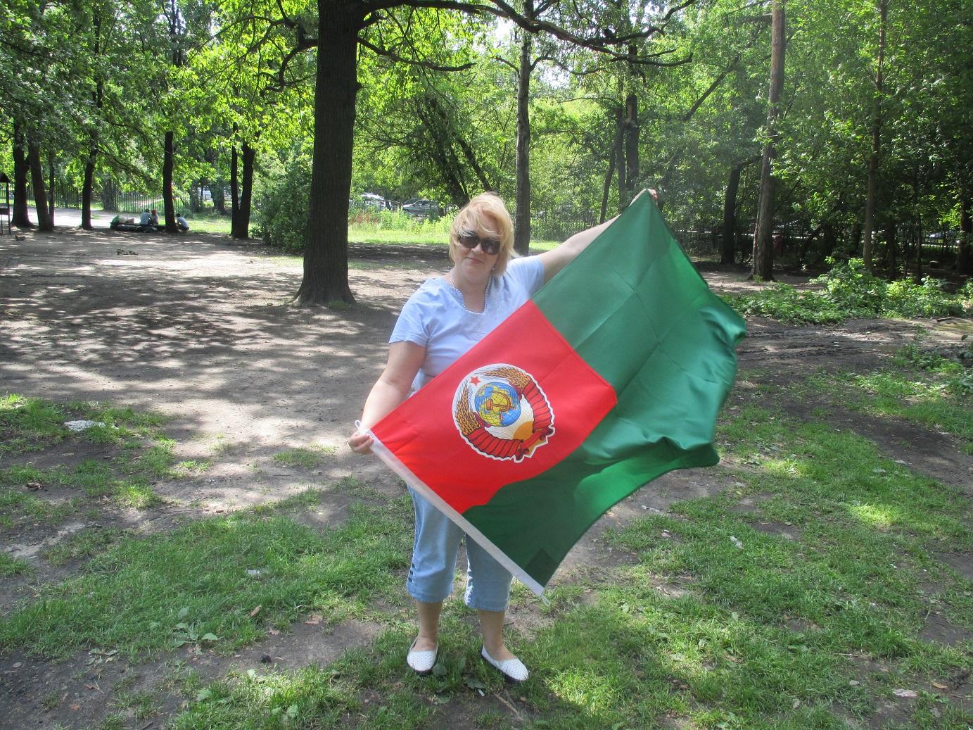 Оксана с флагом Председателя КГБ СССР