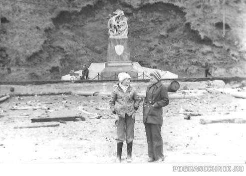 1977 год Я с подругой на фоне знаменитого памятника.