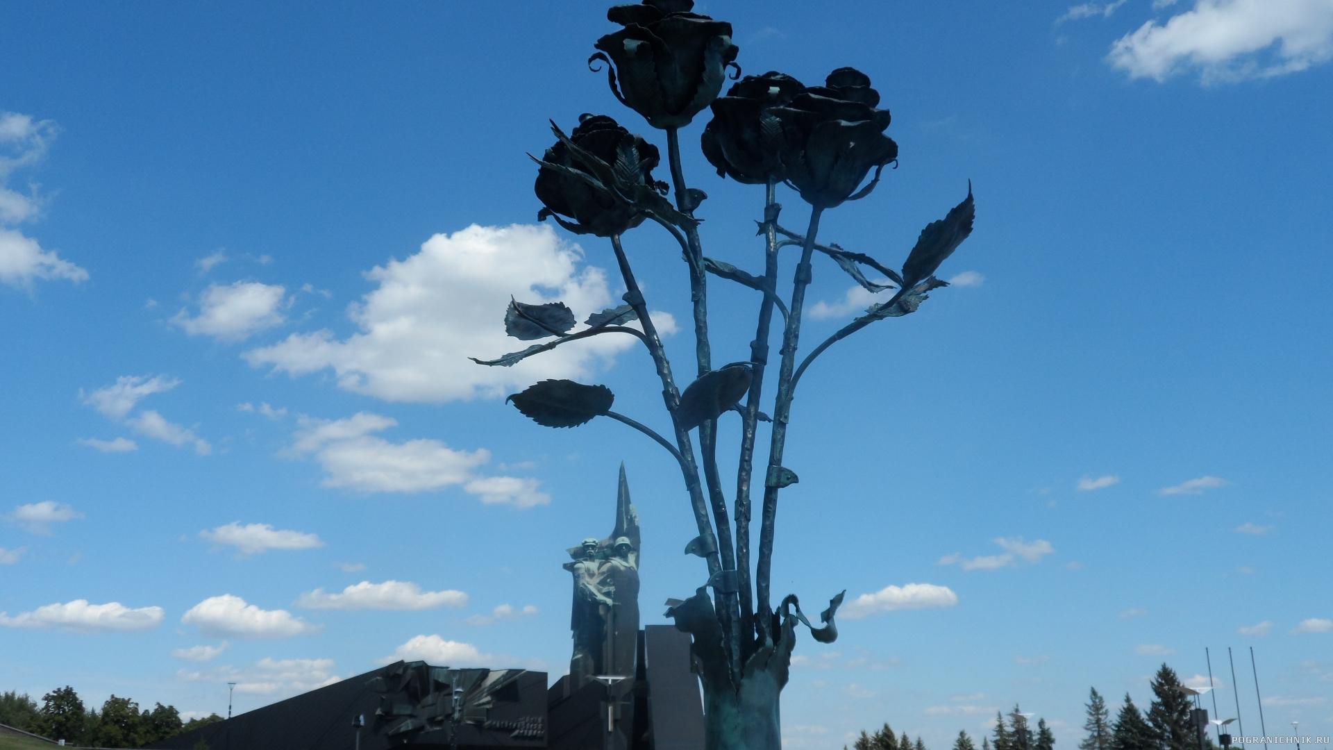 парк Победы (ЛКУ). Памятник погибшим жителям Донбасса. Четыре чёрных розы в разорванной гильзе снаряда...