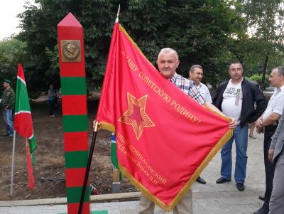 Со знаменем и возле нашей реликвии!